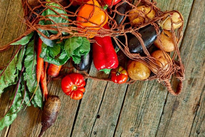 Flache Lay Umweltfreundliche String Shopping wiederverwendbare Mesh-Tasche mit Auswahl an frischem Gemüse