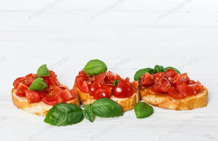 Bruschetta mit frischen Tomaten und Basilikum
