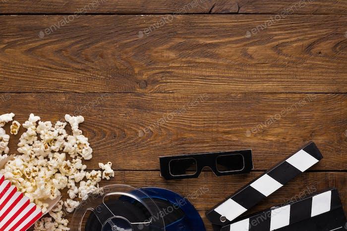 Clapperboard, Filmrolle und Popcorn auf Holzhintergrund, Draufsicht