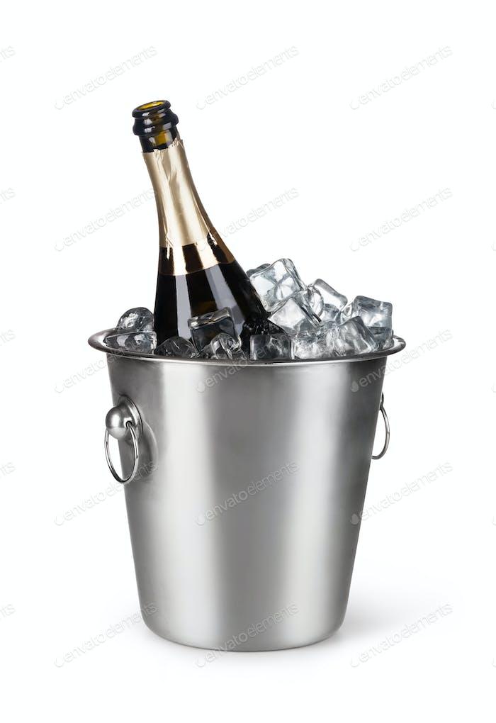 Champagnerflasche in einem Eimer mit Eis