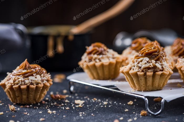Small cupcakes with toffee caramel and walnuts