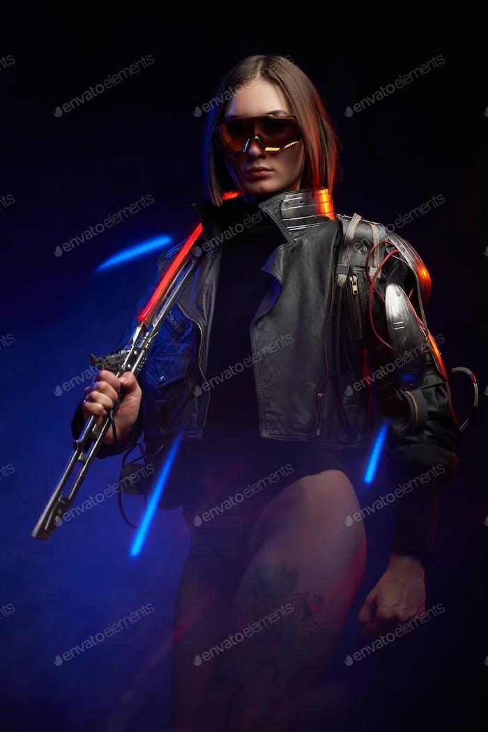 Sexy Militärfrau aus der Zukunft mit Schwert und Sonnenbrille