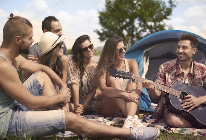 Entspannen auf dem Camp mit Freunden