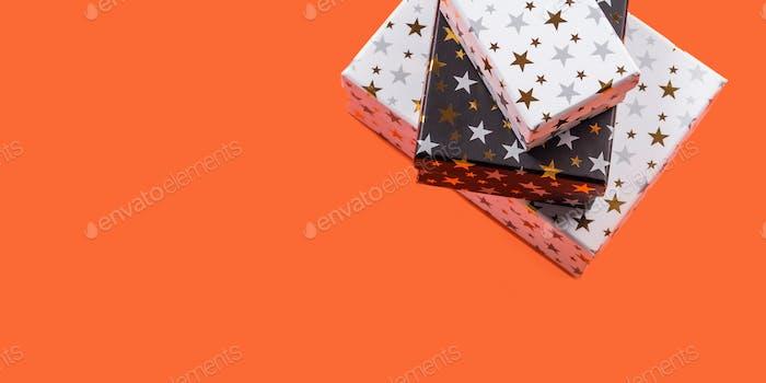 Stapel von Geschenk-Boxen mit Sternen auf Orange