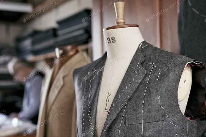 Handgefertigter Anzug mit Nähten sichtbar Hängen auf Schaufensterpuppe