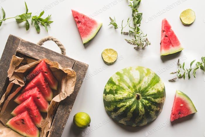 geschnittene Wassermelone mit Minze und Limette auf einem weißen Hintergrund. Frisches Essen. Früchte