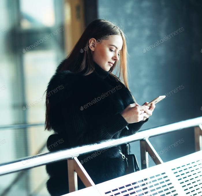 Winter Schöne Frau Stadt Porträt kalte Zeit mit Handy