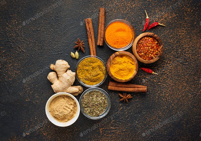 Traditionelle indische Gewürze auf rostigen Hintergrund