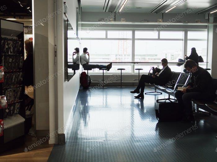 Hombres de negocios esperando en el aeropuerto
