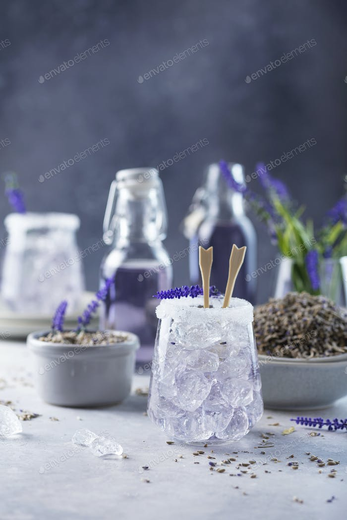 Sommer kaltes Getränk mit Lavendel