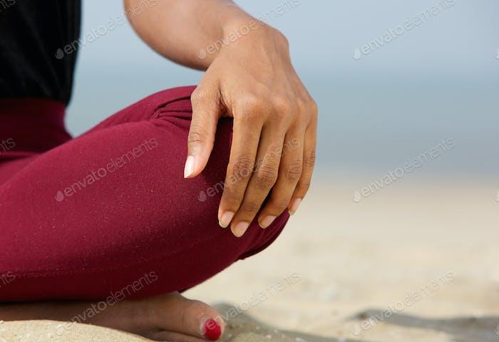 Frau sitzt auf Sand