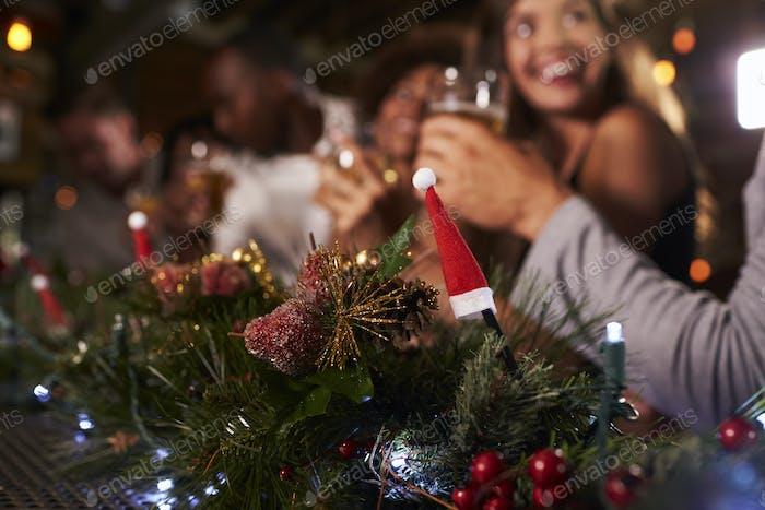 Weihnachtsfeier an einer Bar, Fokus auf Vordergrund Dekorationen