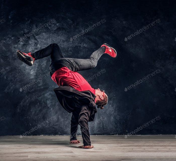 Hip-Hop-Stil Tänzerin führt Breakdance akrobatische Elemente.