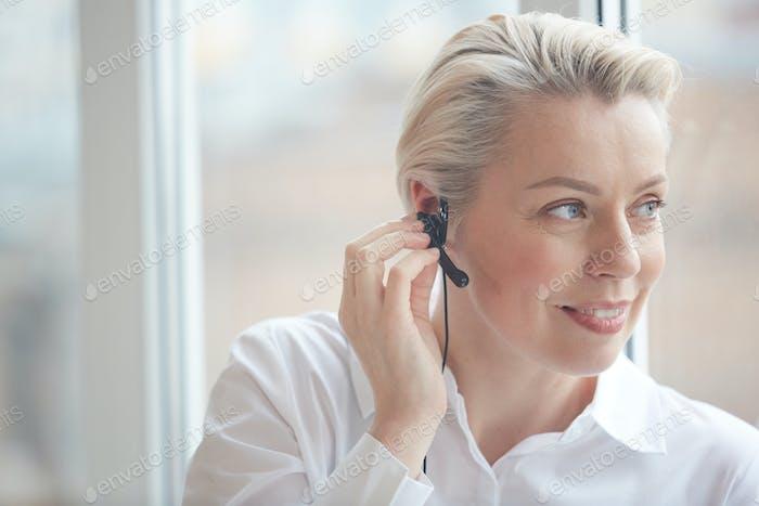 Blonde Geschäftsfrau Tragen Headset