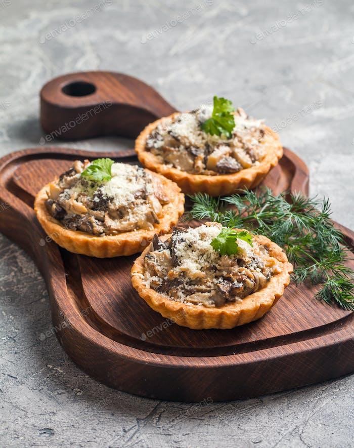 пироги со свежими сезонными грибами