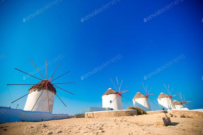 Malerischer Blick auf traditionelle griechische Windmühlen auf Mykonos, Kykladen, Griechenland