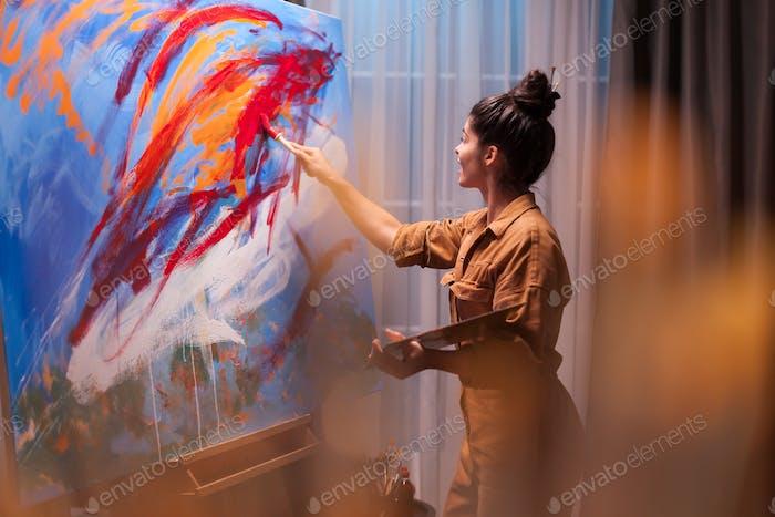 Glückliche bildende Künstlerin