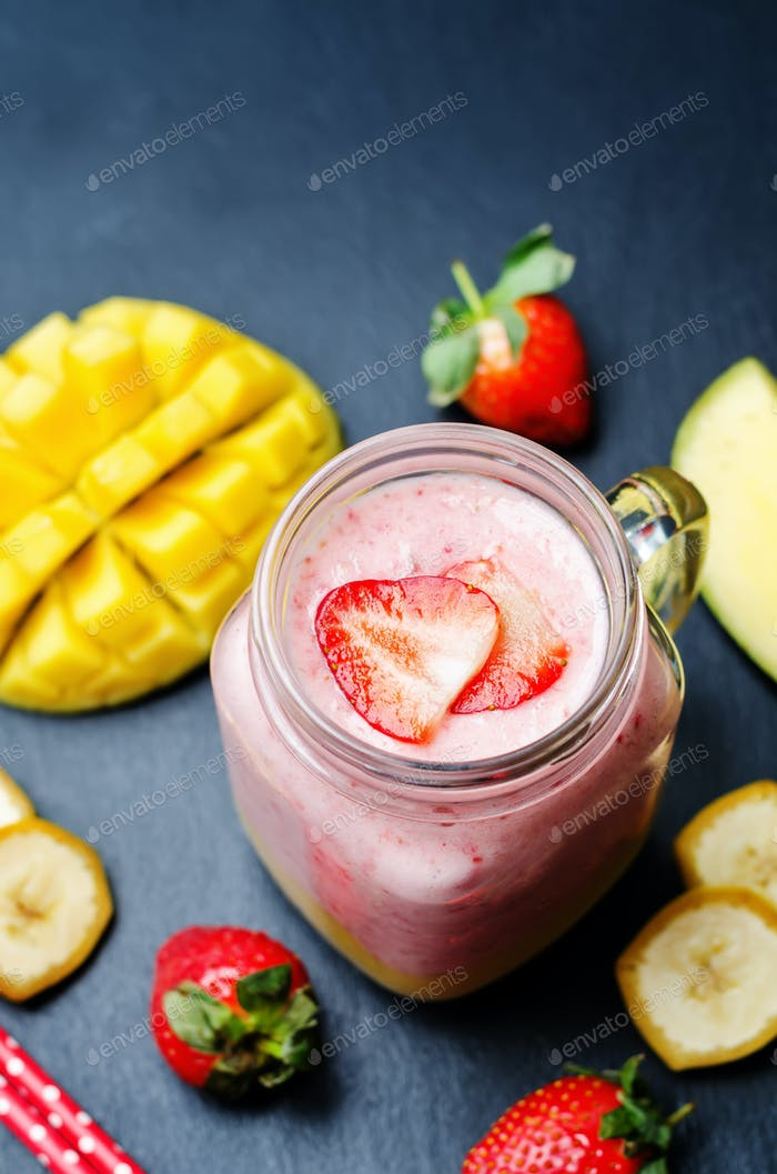 Mango Erdbeere Banane Smoothie