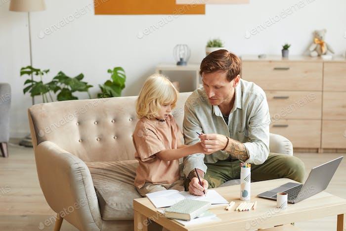Haciendo los deberes con papá