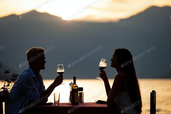 Paar teilen romantische Sonnenuntergang Abendessen am Strand