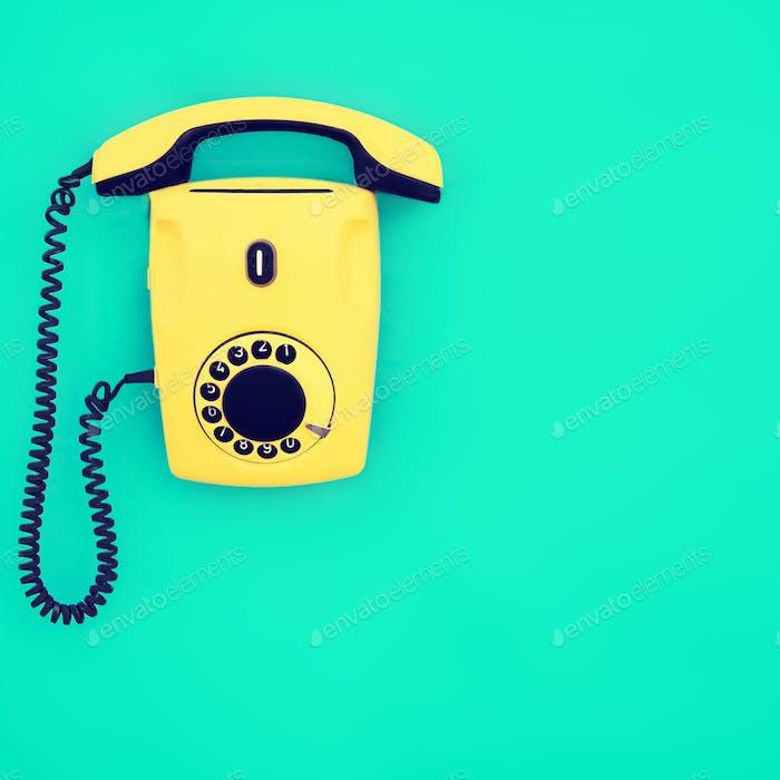 teléfono Retro amarillo sobre Fondo azul