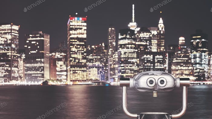 Prismáticos apuntaban al horizonte de la Ciudad de Novedad York por la Noche.