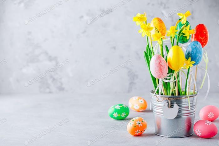 Frühling Ostern Narzissen Blumen und bemalte Ostereier