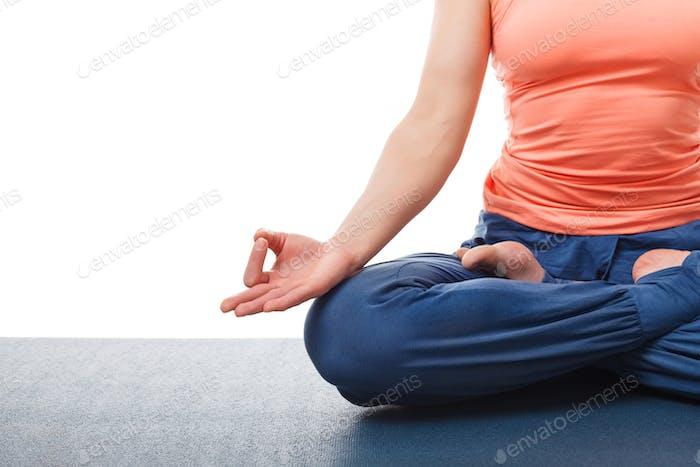 Nahaufnahme der Frau im Yoga Asana Padmasana Lotus Pose