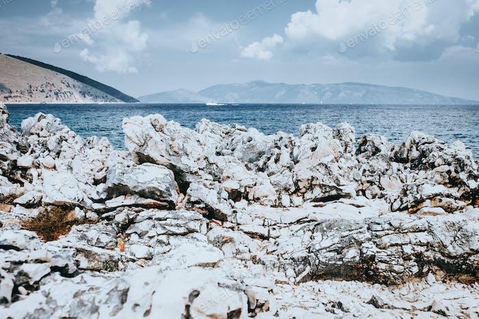 Meereslandschaft mit Bergen