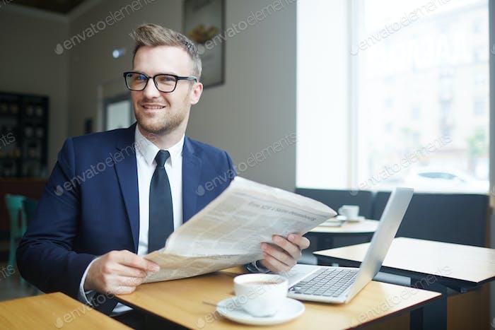 Hombre de negocios con el periódico