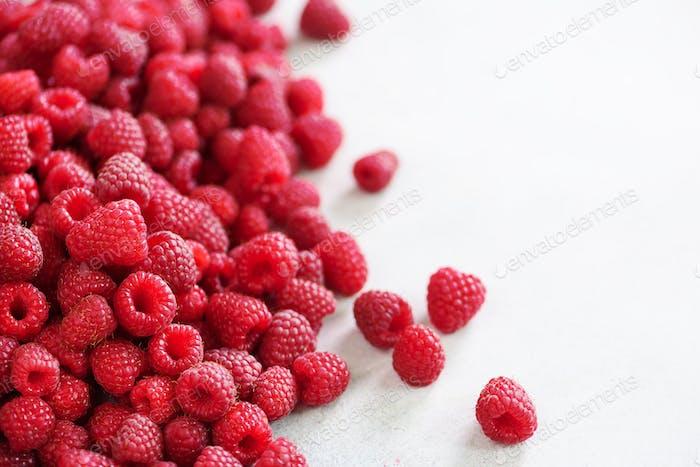 Frische Bio-Himbeeren. Frucht-Hintergrund mit Kopierraum. Sommer- und Beeren Erntekonzept