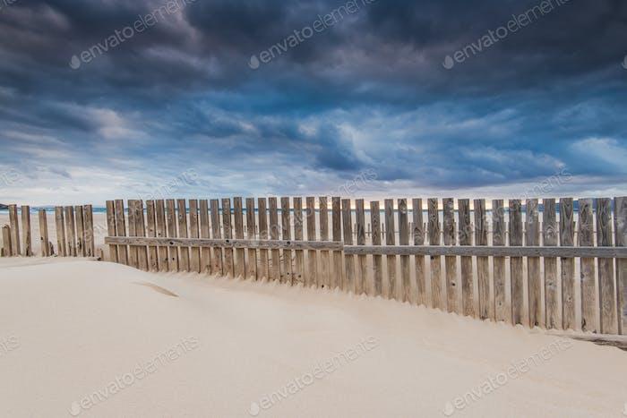 Himmel vor dem Sturm am Strand am Meer in Spanien