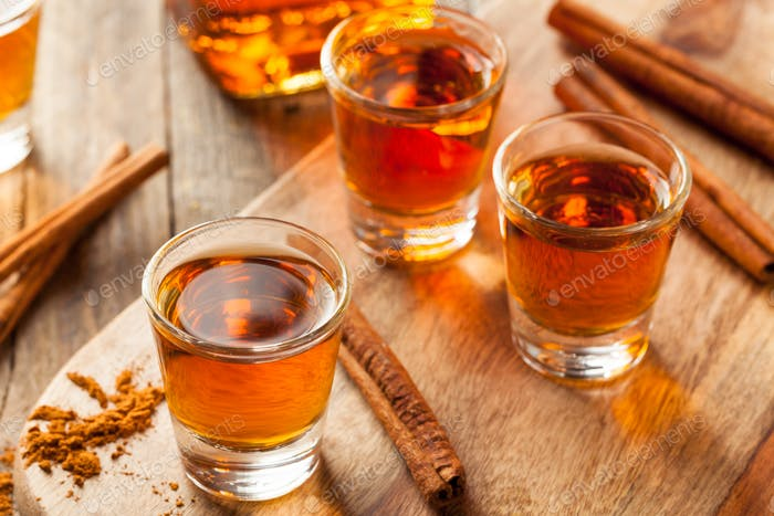 Zimt Whiskey Bourbon in einem Schnapsglas