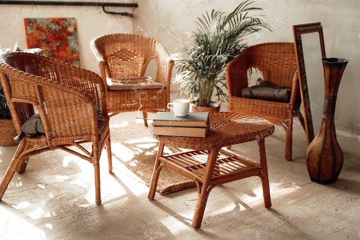 Теплый и комфортабельный номер отеля с бамбуковой мебелью