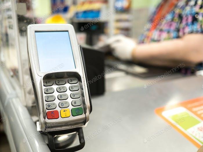 Zahlungsterminal an einer Kasse in einem Einkaufszentrum