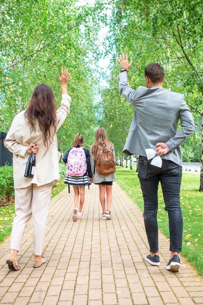 Familie mit zwei Kindern zurück zur Schule