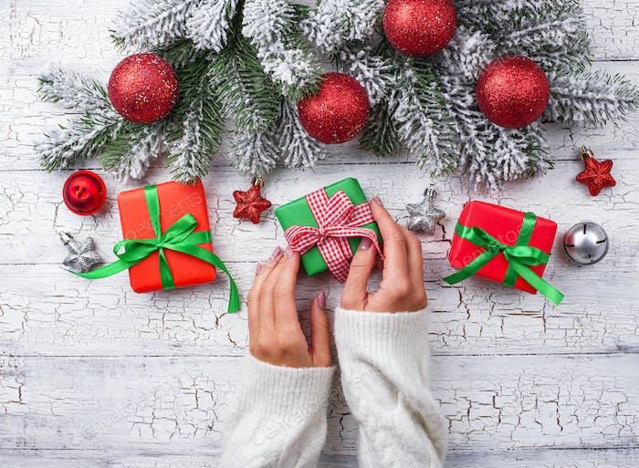 Weihnachtsgeschenk-Box in den Händen