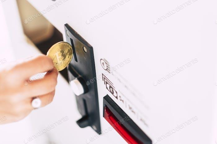 Uso diario de dinero de la máquina automática de la mano de insertar bitcoin para pagar y comprar servicios