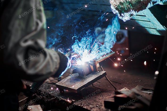 Industrielle Fabrik Schweißarbeiter. Schweißen oder Schweißer Master schweißen den Stahl