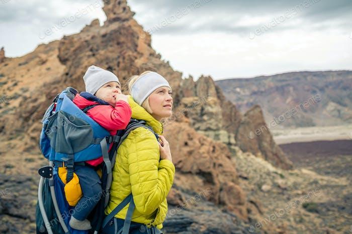 Caminata familiar, madre con Bebé en mochila