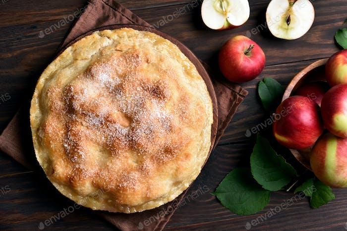 Apfelkuchen und frisches Obst