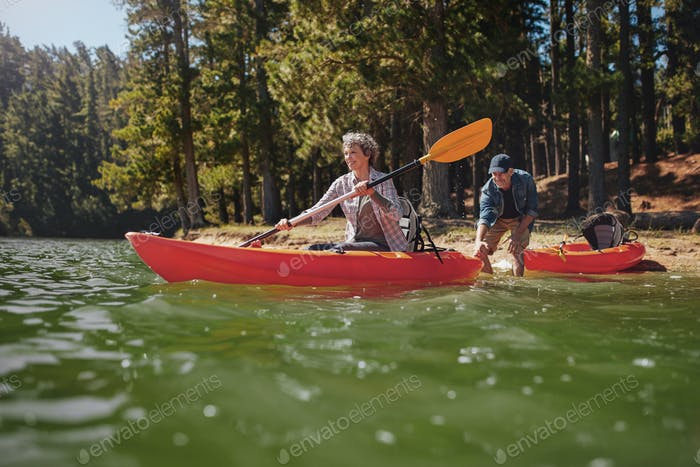 Reifen paar mit Spaß Kajak in die See