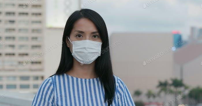 Frau tragen Gesichtsmaske und Blick auf die Kamera