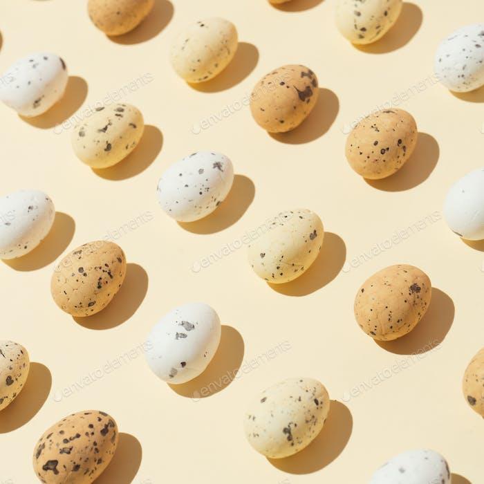 Ostereier auf pastellgelben Hintergrund. Osterferien Konzept Minimale Zusammensetzung.