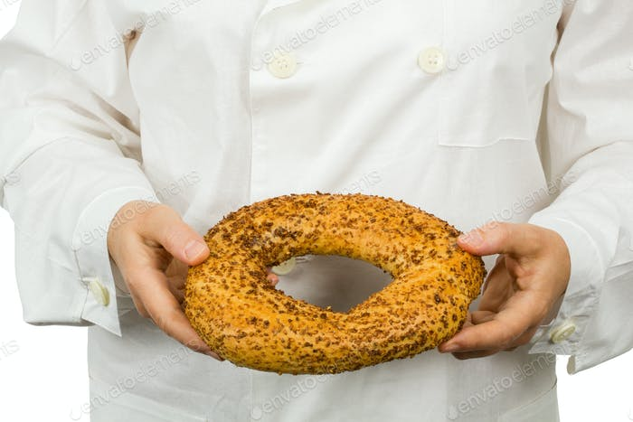 Frische Bäckerei in den Händen des Bäckers