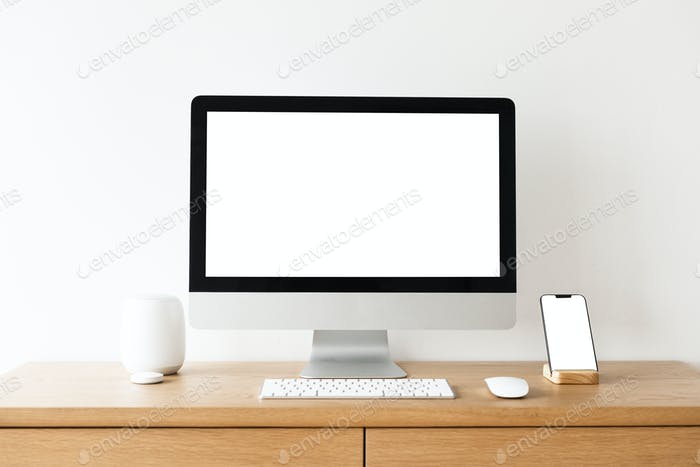 Pantalla de ordenador en blanco en una mesa