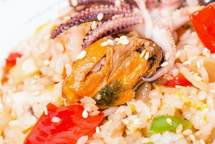 Risotto mit Meeresfrüchten und Gemüse.