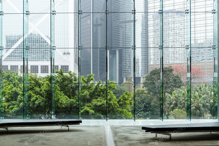 Moderne Glaswand des Bürogebäudes