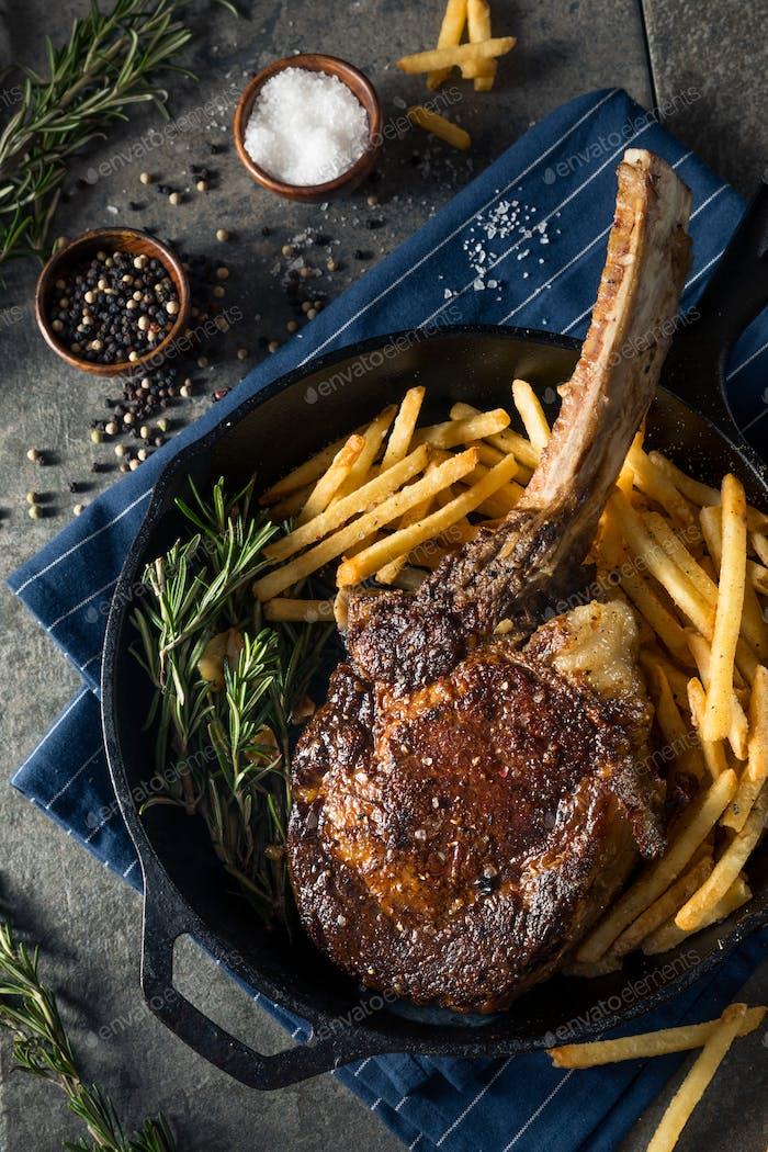 Gekochtes Gras Fed Tomahawk Steaks