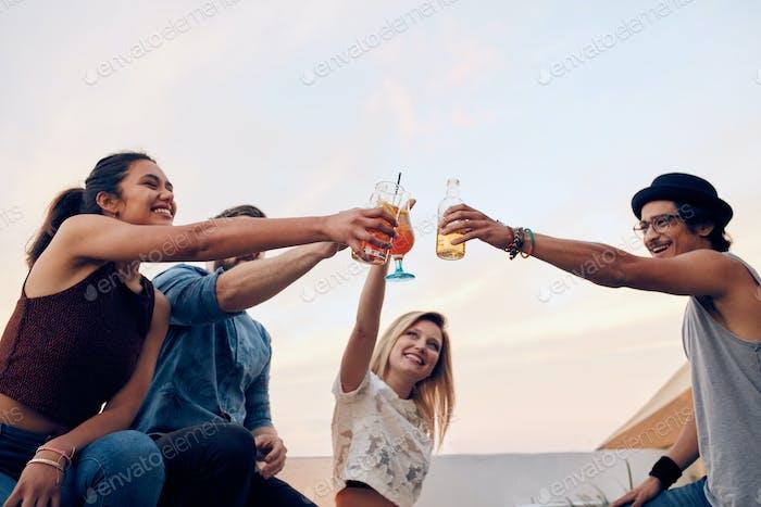 Счастливые друзья празднуют успех